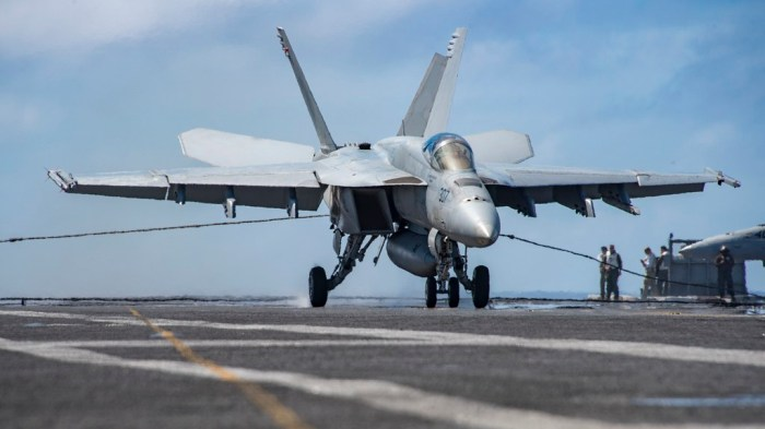 fa-18-landing-on-uss-carl-vinson-1